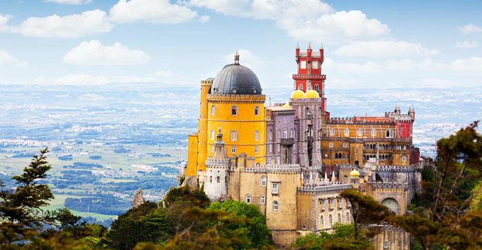 Обязательно нужно посмотреть в Португалии замок Пена