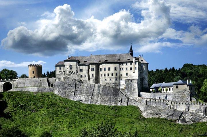 Красивый замок Чески-Штернберк в Чехии