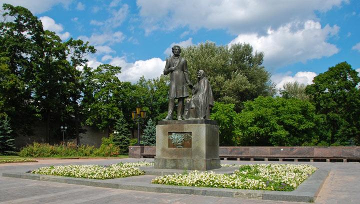 Pamyatnik-Pushkinu-i-Arine-Rodionovne