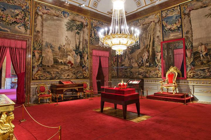 zal-korony-korolevskij-dvorec